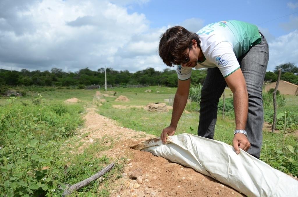 25.mar.2015 - Antônio Walisson de Souza, animador social da Cáritas Piauí, mostra lona plástica que é colocada sob o solo para impedir que a água da chuva escorra pelo terreno e que ela, em vez disso, encharque a terra, possibilitando o cultivo