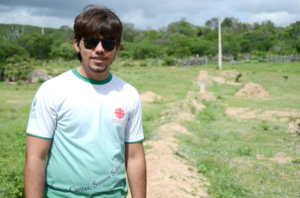 25.mar.2015 - Antônio Walisson de Souza é animador social da Cáritas Piauí, entidade que ajuda os agricultores na construção de 'barragens subterrâneas' no semiárido nordestino