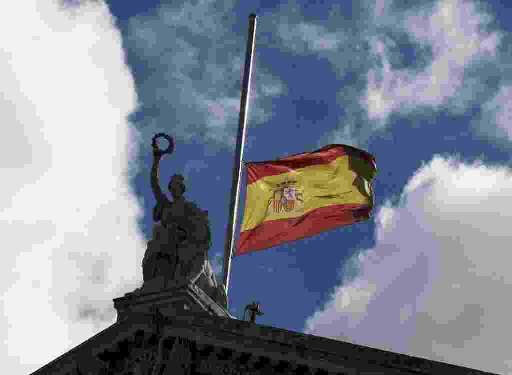 25.mar.2015 - Bandeira da Espanha é colocada a meio mastro na Biblioteca Nacional em Madri, em homenagem às vítimas da queda do Airbus A320 da Germanwings nos Alpes franceses com 150 pessoas a bordo - Paul Hanna/Reuters