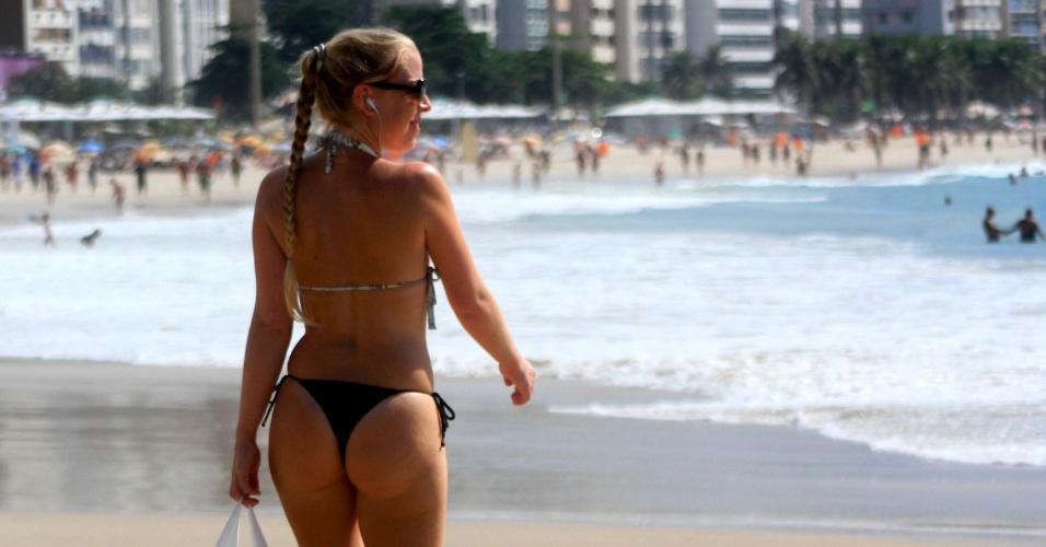 25.mar.2015 - Banhistas aproveitam o calor na praia de de Copacabana, no Rio de Janeiro. A temperatura no Rio pode chegar aos 33ºC nesta quarta-feira (25)