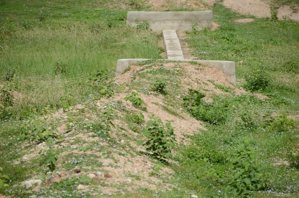 25.mar.2015 - 'Barragem subterrânea' é uma barreira de lona plástica colocada sob o solo em uma área baixa, que acumula água no período de chuva. A ideia é impedir que essa água escorra e que ela, em vez disso, encharque o terreno, possibilitando o cultivo