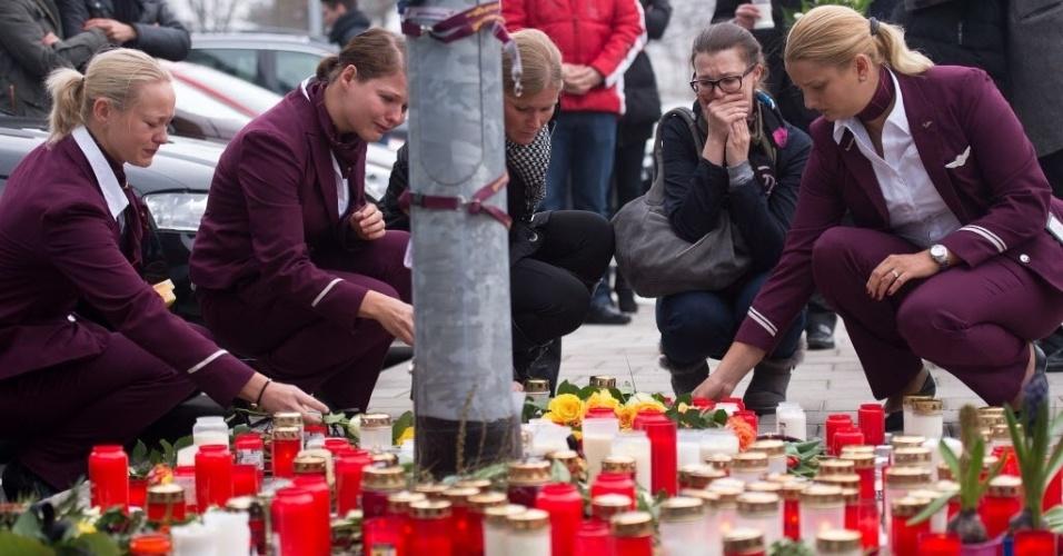 25.mar.2015 - Funcionários da companhia aérea alemã Germanwings acendem velas em frente à sede da empresa em Colônia, na Alemanha, em homenagem às vítimas do voo que caiu nos Alpes franceses. A Germanwings, que operava o Airbus A320 acidentado com 150 pessoas a bordo, é uma subsidiária da Lufthansa