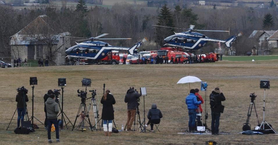 25.mar.2015 - Jornalistas acompanham a decolagem dos helicópteros de resgate no reinício das buscas pelos destroços do Airbus A320 da Germanwings que caiu nos Alpes franceses matando os 150 ocupantes