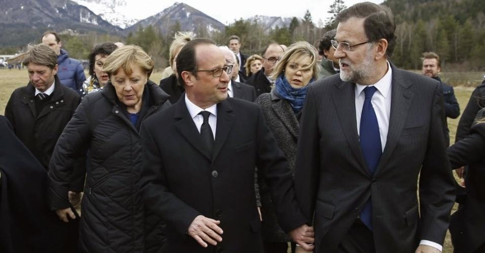 25.mar.2015 - O primeiro-ministro da Espanha, Mariano Rajoy (dir.), o presidente da França, François Hollande (centro), e a chanceler alemã, Angela Merkel (esq.), visitam o local da queda do avião da Germanwings nos Alpes franceses