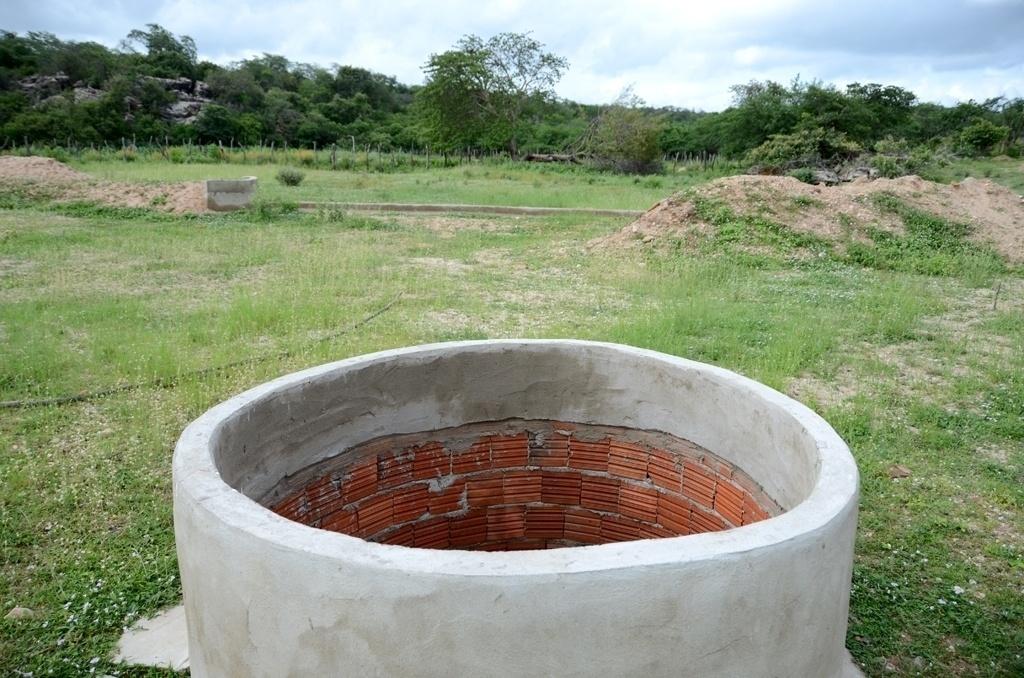 25.mar.2015 - O projeto da 'barragem subterrânea' inclui também a construção de um poço perto das barreiras de lona e de cimento. A ideia é que, quando a chuva se infiltrar no terreno, ela entre no tanque por meio de pequenas fendas. A água acumulada servirá posteriormente para irrigação das plantas