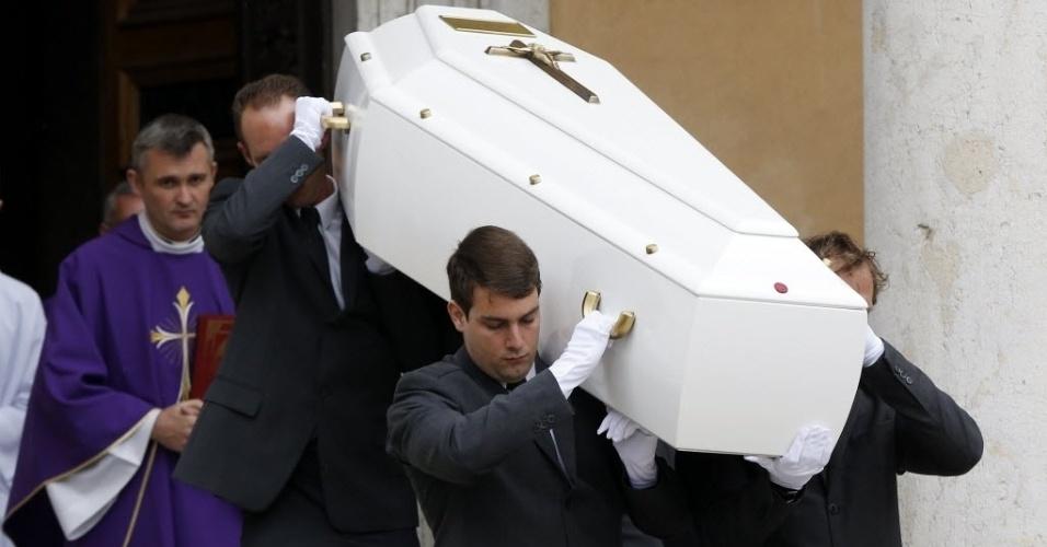 25.mar.2015 - Oficiais carregam o caixão da nadadora francesa e campeã olímpica Camille Muffat após seu funeral, em Nice, no sudeste da França. Camille estava entre as 10 vítimas de um acidente aéreo na Argentina há dez dias