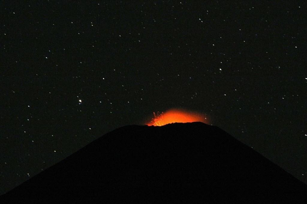 25.mar.2015 - Vulcão Villarrica, localizado a cerca de 800 km ao sul de Santiago, no Chile, expele lava nesta quarta-feira (25). Milhares de pessoas tiveram de deixar suas casas no início do mês, quando o vulcão teve sua primeira grande erupção em 15 anos
