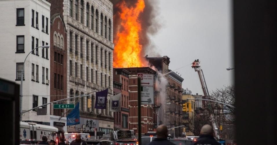 26.mar.2015 - Bombeiros combatem incêndio em prédio de cinco andares entre a segunda avenida e a sétima rua, em Manhattan, na cidade de Nova York (EUA), nesta quinta-feira (26). Um prédio explodiu e desmoronou após ser tomado pelo incêndio de grandes proporções. Segundo a CNN, várias pessoas ficaram feridas, uma delas em estado grave