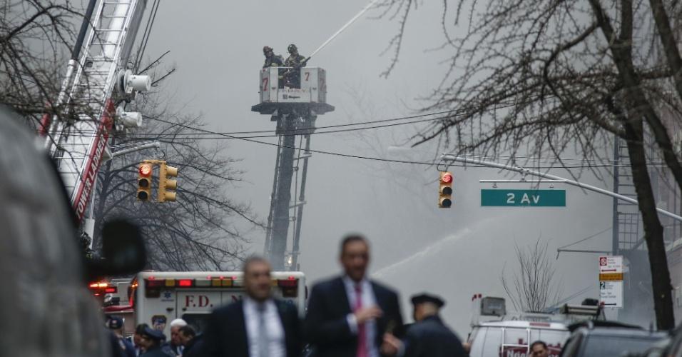 26.mar.2015 - Bombeiros de Nova York trabalham para controlar as chamas que tomaram um edifício no East Village, em Manhattan, nesta quinta-feira (26). Uma explosão, seguida de um incêndio de grandes proporções, causou o desabamento do prédio e deixou várias pessoas feridas, algumas em estado grave. Quatro edifícios da Segunda Avenida, no bairro East Village, foram afetados pelo incêndio