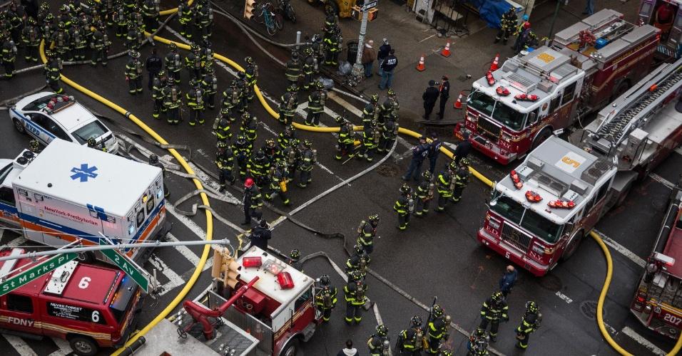 26.mar.2015 - Bombeiros de vários grupamentos de Nova York se dividem na tarefa de controlar o incêndio que tomou um edifício no East Village, em Manhattan, nesta quinta-feira (26). Após uma explosão, o prédio localizado na Segunda Avenida foi tomado por chamas. Uma parte da construção desabou. De acordo com a imprensa local, vários feridos foram levados a hospitais, alguns em estado grave