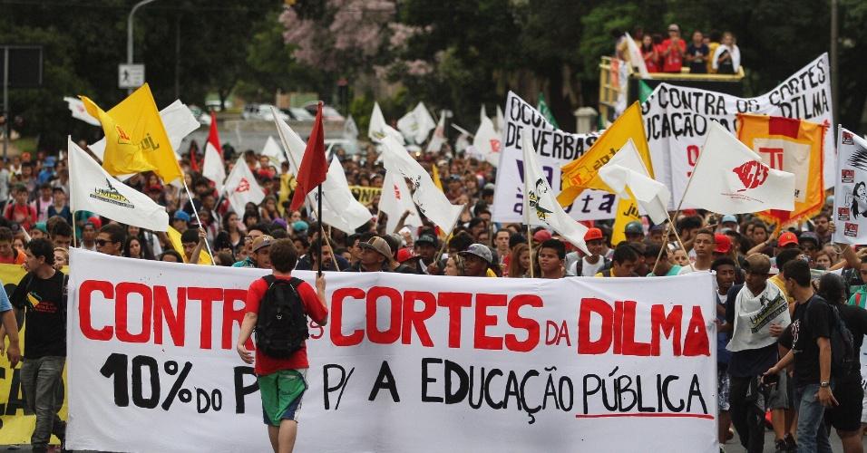 26.mar.2015 - Estudantes da rede estadual de ensino do Rio Grande do Sul protestam contra cortes de verbas na educação, contra a corrupção e pedem passe livre no transporte público municipal, em Porto Alegre (RS)