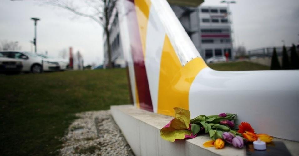 26.mar.2015 - Flores são colocadas em homenagem às vítimas do voo 4U9525 perto da sede da Germanwings, no aeroporto de Colônia, na Alemanha