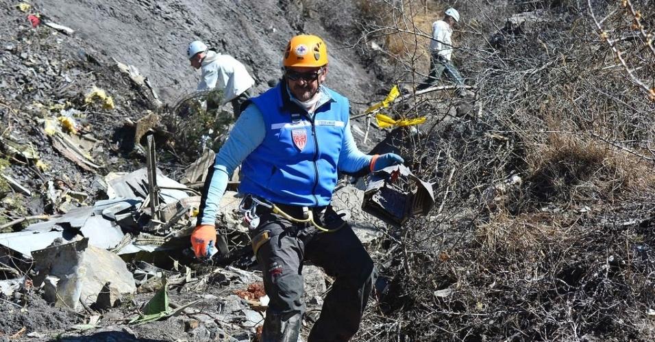 26.mar.2015 - Integrante da equipe de resgate carrega material coletado no local do acidente do voo 4U9525, da empresa aérea Germanwings, perto de Seyne-les-Alpes, na França. Segundo o procurador de Justiça de Marselha (França), Brice Robin, o copiloto Andreas Lubitz, 28,