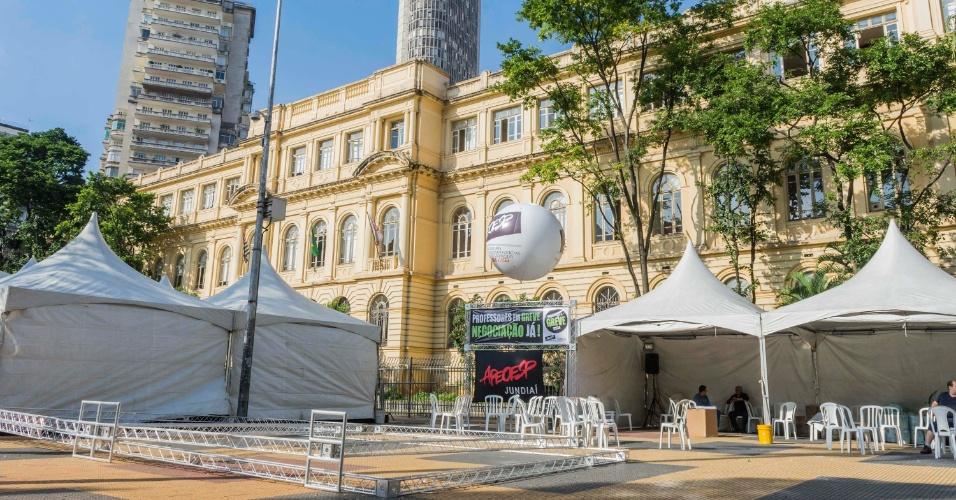 26.mar.2015 - O sindicato dos professores de São Paulo montou uma tenda em frente à Secretaria de Educação para o ato desta quinta na Praça da República, centro de São Paulo. Os professores estão em greve desde o dia 13 e tentam pressionar o governo para abrir uma negociação