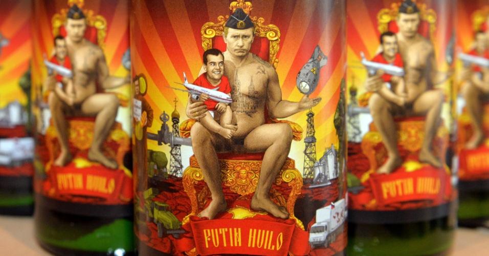 26.mar.2015 - Uma garrafa de cerveja traz no rótulo a figura do presidente russo, Vladimir Putin, segurando o primeiro-ministro ucraniano, Dmitri Medvedev, no colo. A bebida é fabricada no Beer Theater, um restaurante localizado na cidade de Lviv, no leste da Ucrânia, e foi chamada de
