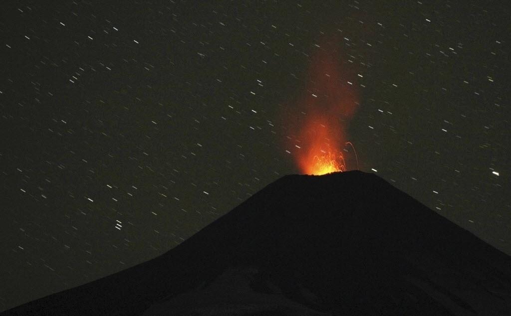 26.mar.2015 - Vulcão Villarrica expele fumaça e lava em Pucon, cidade a 780 quilômetros ao sul de Santiago, no Chile. Milhares de pessoas tiveram de deixar suas casas no início do mês, quando o vulcão teve sua primeira grande erupção em 15 anos