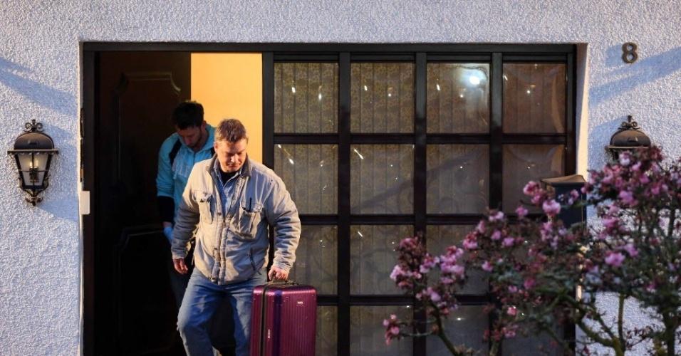 26.mar.2016 - Investigadores visitam casa dos pais de Andreas Lubitz, em Montbaur, na Alemanha, onde o copiloto do avião da Germanwings também vivia. Gravações da caixa preta sugerem que Lubitz se trancou na cabine e deu o comando para o avião descer