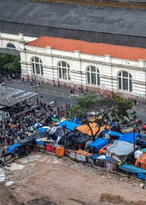 Fluxo de moradores de rua e usuários de crack em praça diante da estação Júlio Prestes - Marlene Bergamo/Folhapress