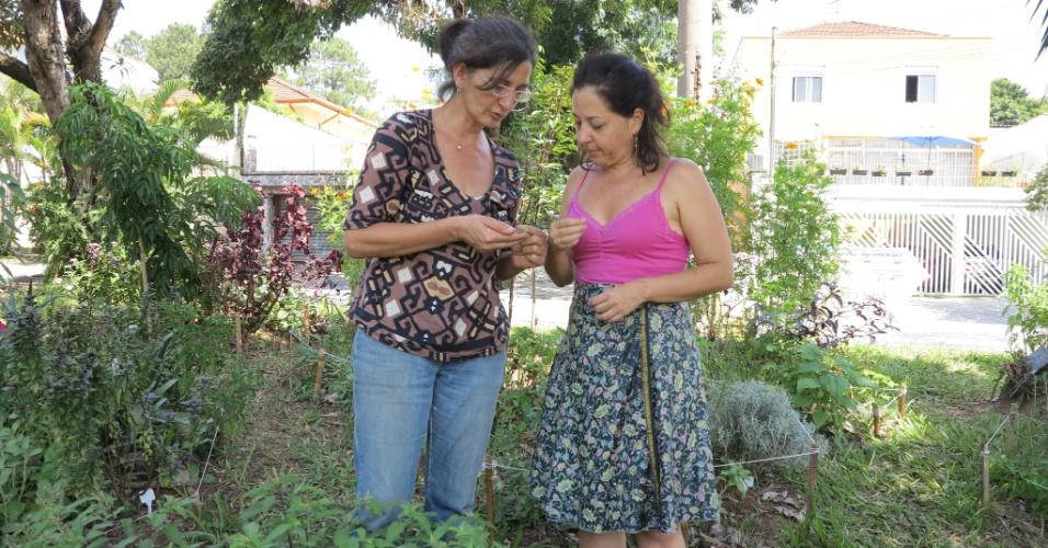 27.mar.2015 - A nutricionista Neide Rigo (esq.) e a dentista Ana Montana (dir.) tomaram a iniciativa de criar a horta, que conta com cem espécies e foi incluída em uma pesquisa da Faculdade de Medicina da USP sobre verduras