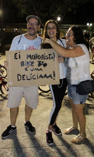 27.mar.2015 - Ciclistas realizam bicicletada na cidade de no Recife (PE), nesta sexta-feira (27), em favor das ciclovias paulistas. A concentração na praça do Derby