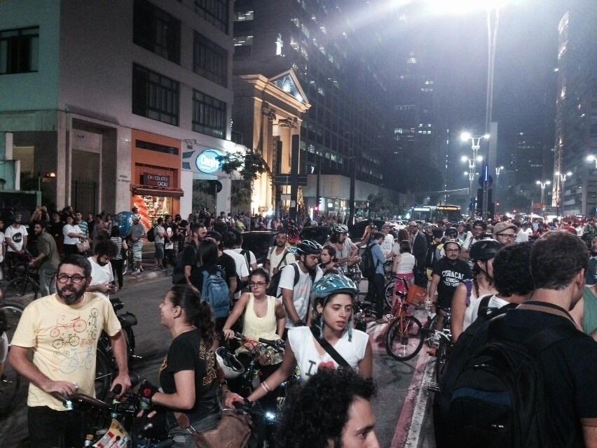 27.mar.2015 - Concentração de manifestantes na avenida Paulista iniciou às 18 horas, com previsão de saída para as 20h. Protestos em outras cidades do Brasil e em outros paises também foram marcadas em solidariedade a São Paulo