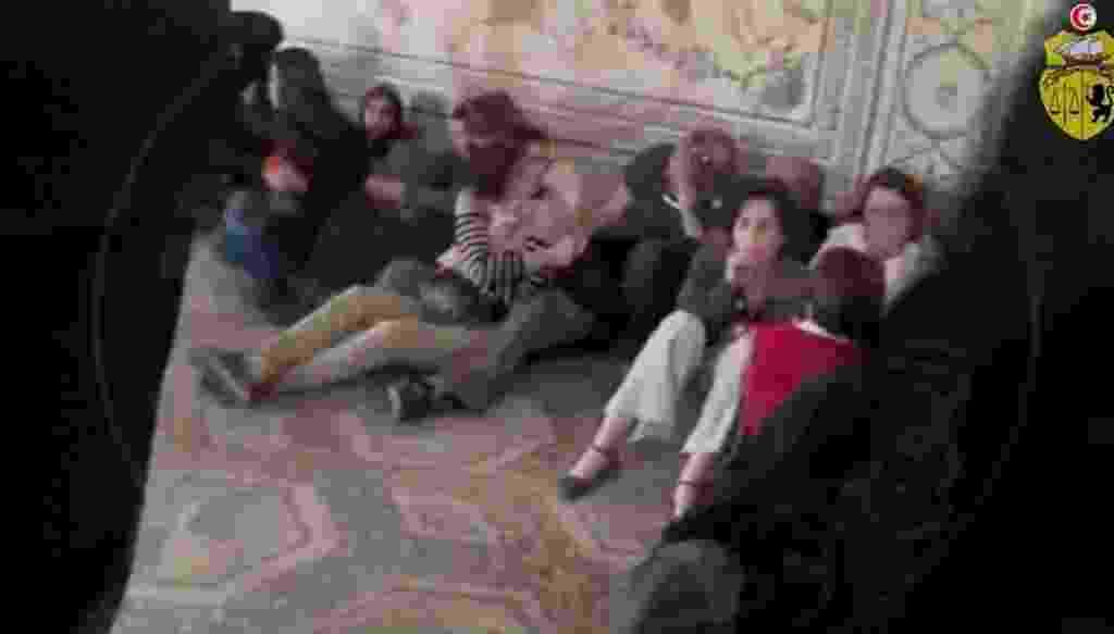 27.mar.2015 - Em imagem tirada de um vídeo divulgado pelo Ministério do Interior da Tunísia, turistas ficam sob a proteção da brigada antiterrorismo no Museu do Bardo, em Túnis, durante um ataque de jihadistas que matou 21 pessoas, em 18 de março - Ministério do Interior da Tunísia/AFP
