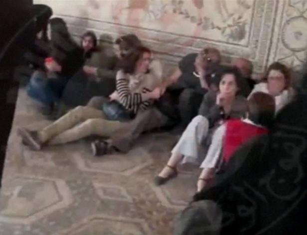27.mar.2015 - Turistas ficam sob a proteção da brigada antiterrorismo no Museu do Bardo, em Túnis (Tunísia), durante um ataque de jihadistas em março de 2015
