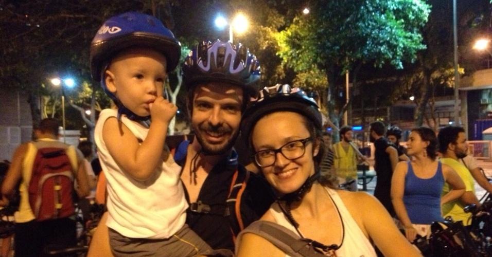27.mar.2015 - Família de ciclistas participa de ato na Cinelândia, centro do Rio de Janeiro (RJ), na noite desta sexta-feira (27) em defesa de ciclovias e em solidariedade à manifestação de São Paulo, onde as obras foram interrompidas por decisão judicial