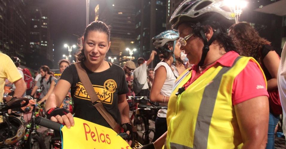 27.mar.2015 - Manifestante exibe cartaz em defesa das ciclovias. Na quinta-feira (26), a Justiça do Estado de São Paulo aceitou parcialmente o pedido no Ministério Público do Estado para interromper as obras de construção das ciclovias