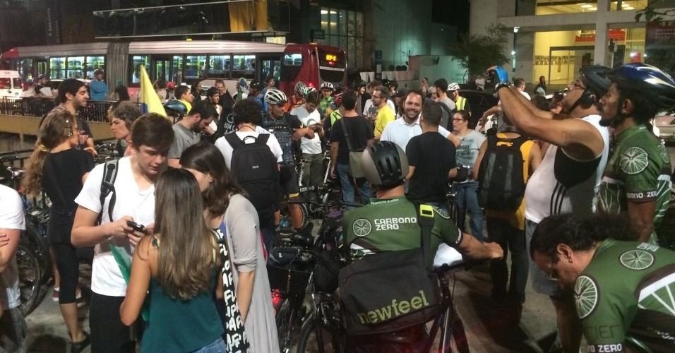 27.mar.2015 - Manifestantes iniciam concentração na praça do Ciclista, na avenida Paulista, para o protestar contra o pedido do Ministério Público do Estado de São Paulo para interromper as obras de ciclovias na capital paulista