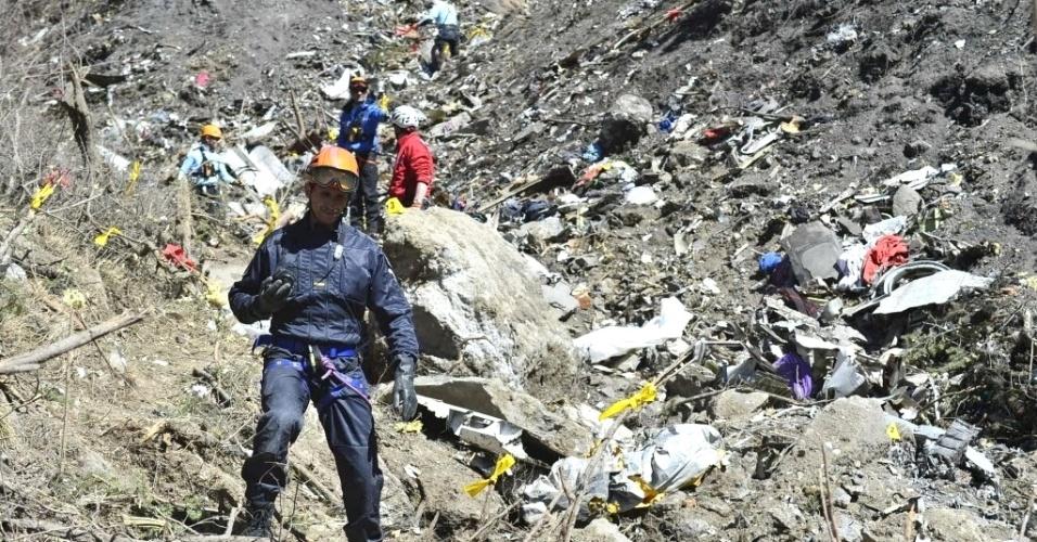 27.mar.2015 - Membros das equipes de resgate recuperaram restos de fuselagem no local do desastre aéreo com o Airbus A320 da Germanwings, nos Alpes franceses, próximo a Seyne-les-Alpes. A foto foi fornecida em 27 de março pelo Ministério do Interior da França