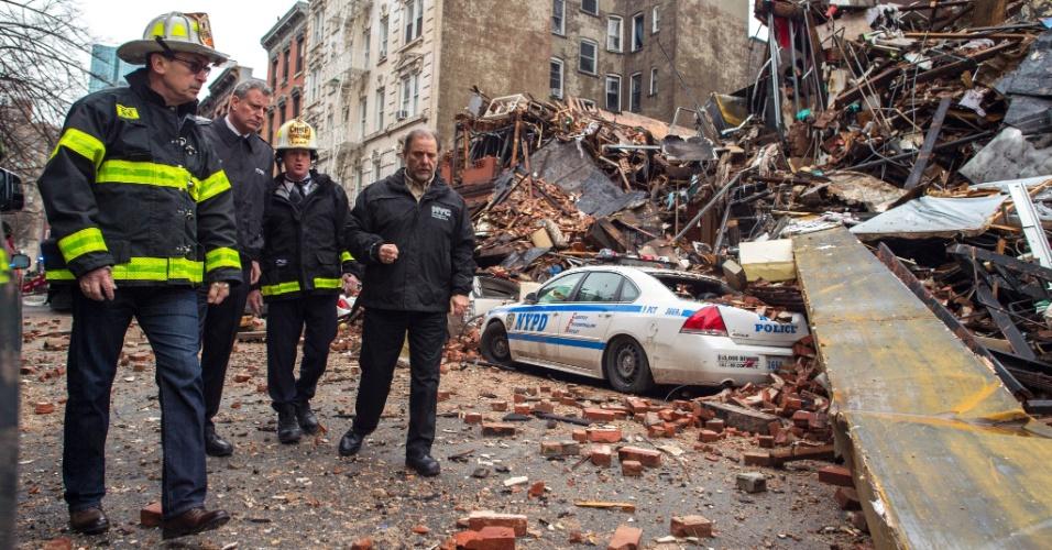 27.mar.2015 - O prefeito de Nova York, Bill de Blasio (segundo à esq.), visita nesta sexta-feira o local na Segunda Avenida onde um prédio desabou parcialmente no dia anterior, depois de uma explosão de gás que causou um incêndio. Duas pessoas ainda seguiam desaparecidas