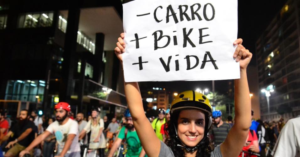 27.mar.2015 - Participante da manifestação por ciclovias segura cartaz pedindo menos carros e mais bicicletas nas ruas.