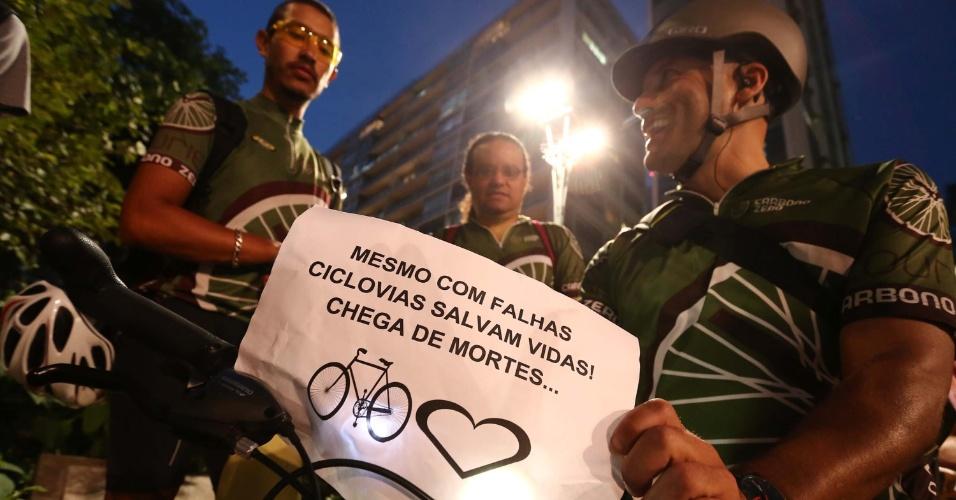 27.mar.2015 - Participantes do protesto desta sexta-feira (27) dizem em cartaz que a construção de ciclovias é uma questão de segurança