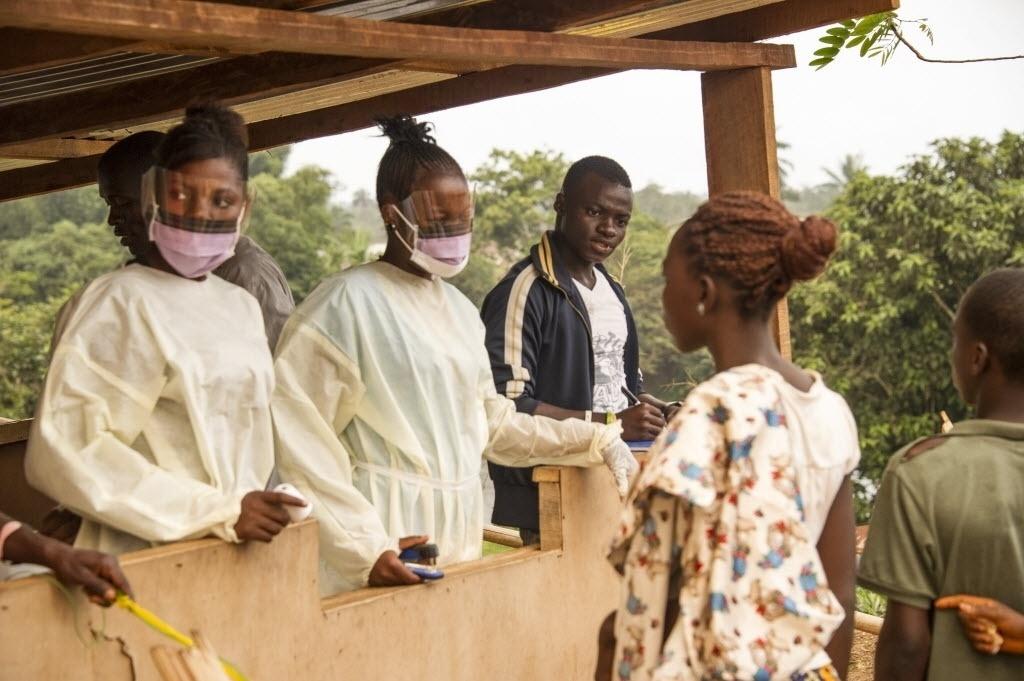 28.mar.2015 - Funcionários da Saúde de Serra Leoa fazem verificação em pessoas que estiveram na Libéria. Autoridades de Serra Leoa pediram a população que não saiam de suas casas durante três dias devido ao reaparecimento do perigo do ebola no país