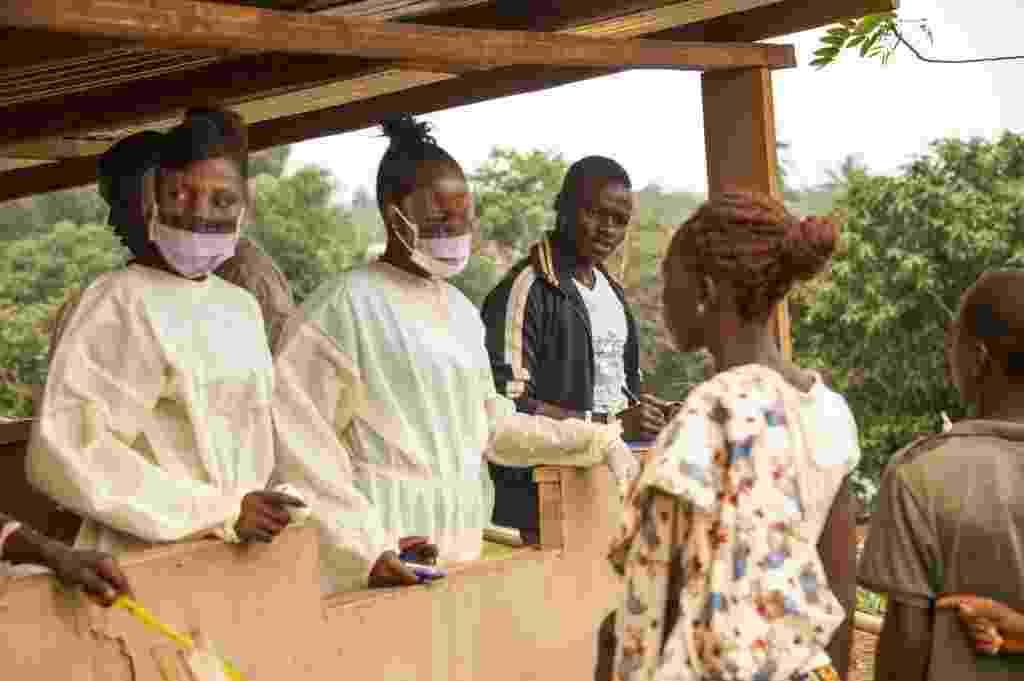 28.mar.2015 - Funcionários da Saúde de Serra Leoa fazem verificação em pessoas que estiveram na Libéria. Autoridades de Serra Leoa pediram a população que não saiam de suas casas durante três dias devido ao reaparecimento do perigo do ebola no país - Zoom Dosso/AFP