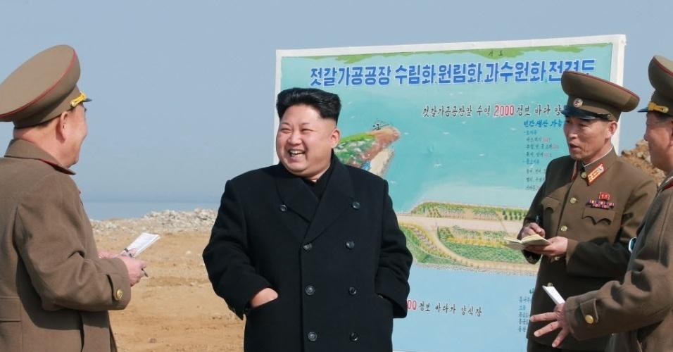 28.mar.2015 - O líder norte-coreano Kim Jong-un visita canteiro de obras de uma fábrica em Pyongyang. A imagem foi divulgada pela Agência de Notícias Central Coreana (KCNA)
