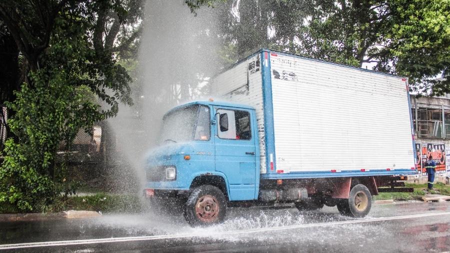 28.mar.2015 - Vazamento de água em tubulação prejudica trânsito na avenida Interlagos, em São Paulo - Marco Ambrósio/Estadão Conteúdo