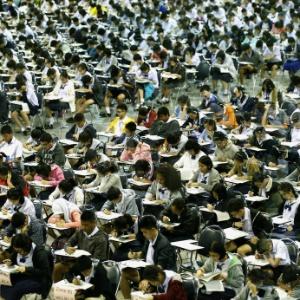Estudantes de ensino médio tailandeses realizam exames para entrar na concorrida escola Triam Udomsuksa, em Bancoc - Narong Sangnak/EPA/Efe