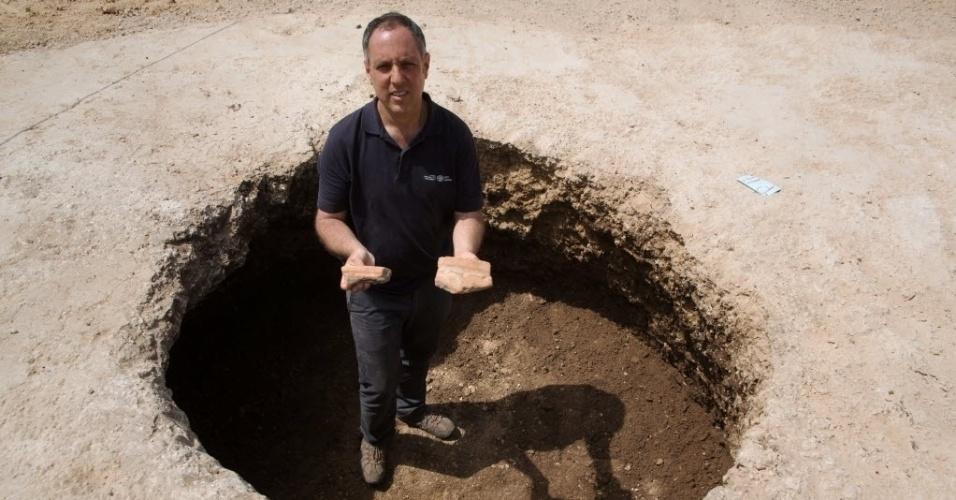 29.mar.2015 - Diego Barkan, diretor da escavação arqueológica da Autoridade de Antiguidades de Israel, mostra fragmentos de vasos de cerâmica de cerca de 5.000 anos, que se acredita que seriam usados para preparar a cerveja de um canteiro de obras em Tel Aviv. Barkan afirmou que 17 poços encontrados no local podem pertencer a Idade do Bronze (3500-3000 a.C). A escavação é a primeira a oferecer evidências de uma
