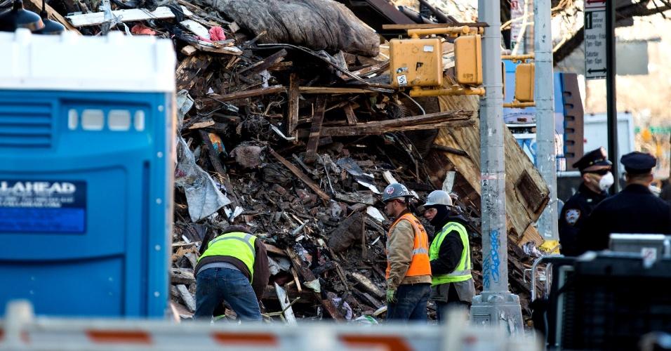 29.mar.2015 - Equipes de resgate vasculham escombros de edifício derrubado após explosão causada por fuga de gás em Nova York. Dois corpos foram encontrados, mas ainda não foram identificados