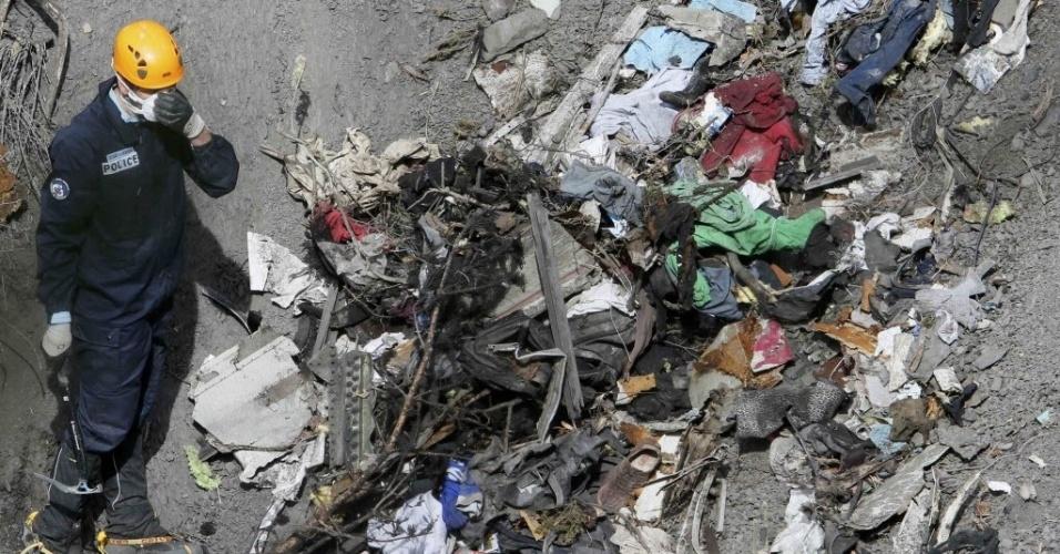 29.mar.2015 - Investigador francês inspeciona os destroços do Germanwings que caiu nos Alpes franceses na terça-feira (24). A cadência de voos de helicóptero no local da tragédia diminuiu depois de a polícia conseguir isolar a área, o que facilitou os trabalhos dos investigadores
