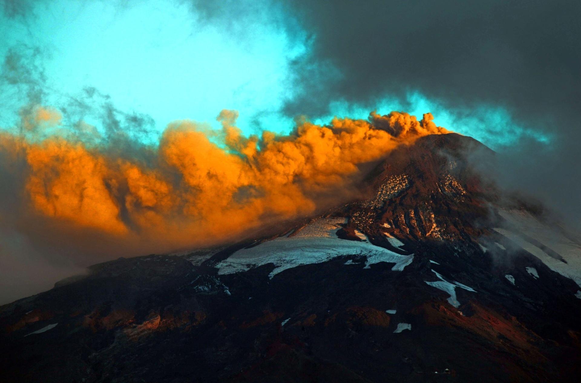 29.mar.2015 - Vulcão Villarrica, em Pucon, no Chile, libera fumaça neste domingo (29). Parte do sul do país está em alerta por causa do aumento da atividade do vulcão, semanas depois ele ter entrado em erupção e forçado milhares de pessoas a evacuarem a região