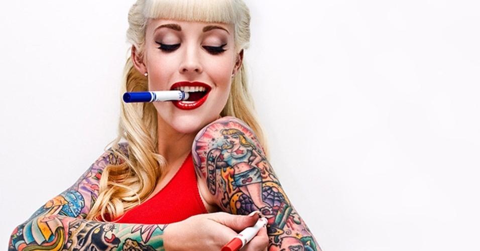 30.mar.2015 - A pin up Sabrina Kelley foi uma das atrações da Convenção Internacional de Tatuagem de Frankfurt, na Alemanha