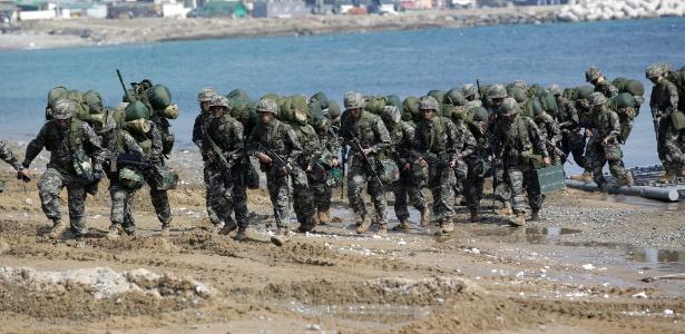 30.mar.2015 - Soldados dos exércitos dos EUA e da Coreia do Sul realizam exercício conjunto em praia de Pohang, ao sul de Seul; são 28.500 soldados norte-americanos atualmente no país