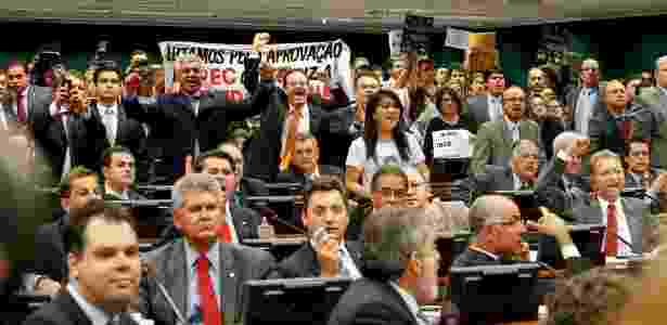 Deputados e manifestantes comemoram aprovação da proposta - Pedro Ladeira/Folhapress