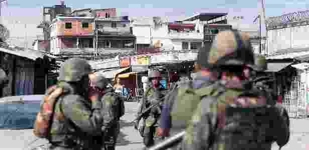 Fuzileiros do Exército fazem operação conjunta com a Polícia Militar, nesta terça-feira - Fábio Motta/Estadão Conteúdo