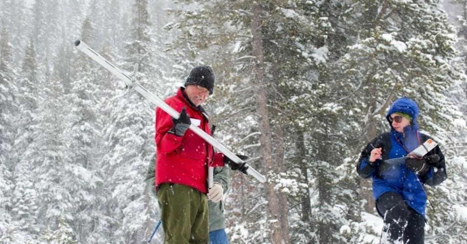 1º.abr.2015 - Topógrafos realizam levantamento da camada neve na estação Phillips, na Sierra Nevada, na Califórnia. O governador do Estado, Jerry Brown, anunciou nesta quarta-feira (1º) um racionamento de água na Califórnia, o primeiro da história diante da seca. O pronunciamento foi feito de Sierra Nevada, onde a cobertura de neve também está mais fina