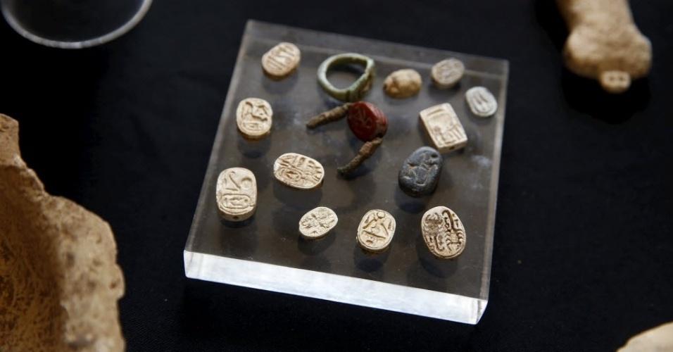 1º.abr.2015 - Anéis de vedação e selos antigos típicos da cultura egípcia, descobertos durante uma escavação arqueológica em uma caverna no sul de Israel, são exibidos no Museu Arqueológico Rockefeller, em Jerusalém. Um comunicado da IAA (Autoridade de Antiguidades de Israel) aponta que os artefatos encontrados atestam a existência de um centro administrativo egípcio na região há 3.400 anos