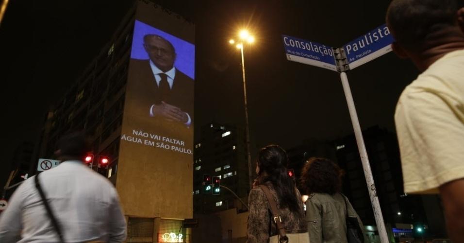 1º.abr.2015 - Ativistas do grupo Greenpeace promovem ação que une o dia da mentira com a crise hídrica no Estado de São Paulo. Em telão montado do lado oposto à Praça do Ciclista, na esquina da Avenida Paulista com a Consolação, a imagem do governador Geraldo Alckmin é projetada com a frase